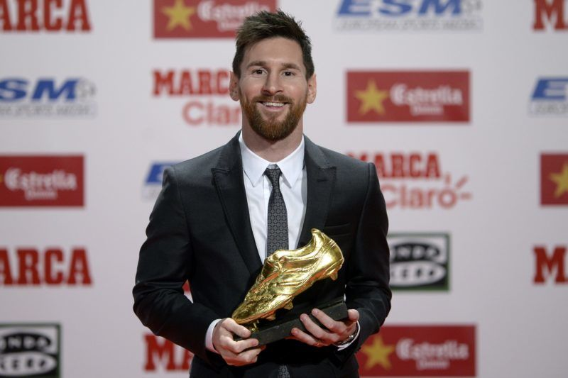 Barcelona's Argentinian forward Lionel Messi poses with the 2017 European Golden Shoe honoring the year's leading goalscorer during a ceremony at the Antigua Fabrica Estrella Damm in Barcelona on November 24, 2017. / AFP PHOTO / Josep LAGO