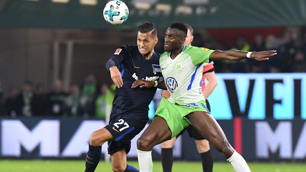 Wolfsburg's Josuha Guilavogui (r) and Berlin's Davie Selke in action during the German Bundesliga soccer match between VfL Wolfsburg and Hertha BSC at the Volkswagen Arena in Wolfsburg, Germany, 5 November 2017.  (EMBARGO CONDITIONS - ATTENTION: Due to the accreditation guidlines, the DFL only permits the publication and utilisation of up to 15 pictures per match on the internet and in online media during the match.) Photo: Peter Steffen/dpa