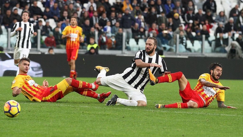 Juventus forward Gonzalo Higuain (9) in action during the Serie A football match n.12 JUVENTUS - BENEVENTO on 05/11/2017 at the Allianz Stadium in Turin, Italy. (Photo by Matteo Bottanelli/NurPhoto)