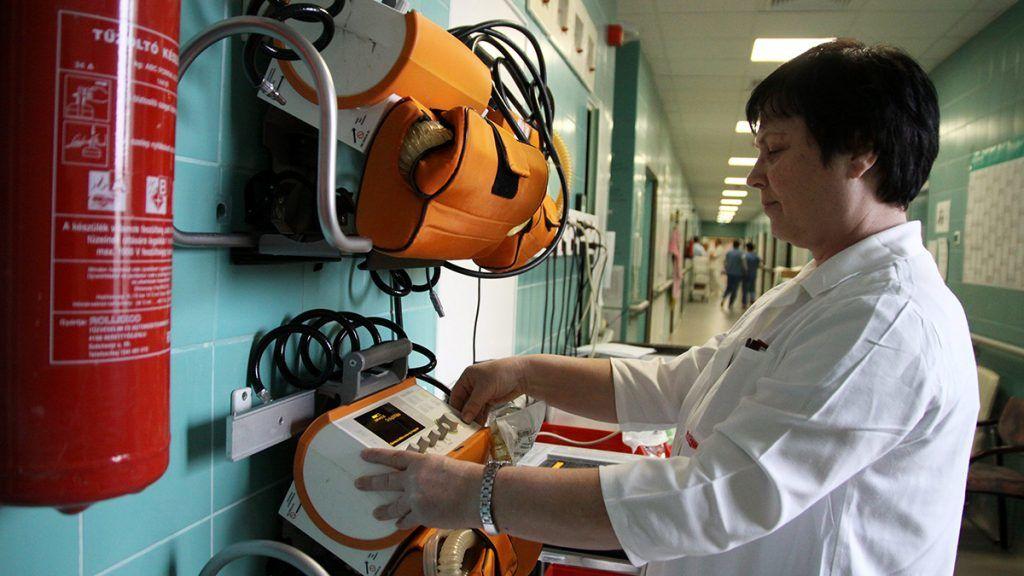 Veszprém, 2015. február 17.Somodiné Kovács Emma, a veszprémi Csolnoky Ferenc Kórház intenzív terápiás osztályának főnővére a betegszállítás során használt lélegeztetőgépeket ellenőrzi a kórházban 2015. február 17-én. Ezen a napon adták át a veszprémi kórházban a megújult aneszteziológiai és intenzív terápiás osztályt, a központi sterilizálót, valamint a fül-orr-gégészeti részleget.MTI Fotó: Nagy Lajos