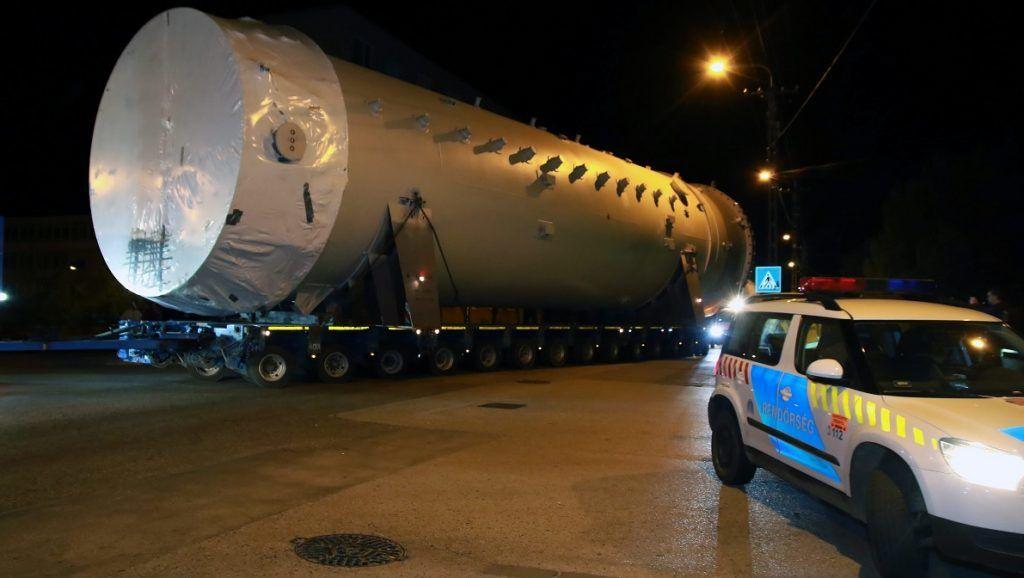 Pétfürdõ, 2016. április 14. Túlsúlyos és túlméretes szállítmány érkezik a péti Nitrogénmûvekhez, Pétfürdõn 2016. április 14-én. A hat kamionból és kísérõ autókból álló, nagyjából 200 méter hosszú, 7 méter széles és 7 méter magas konvoj éjszakánként haladt rendõri felvezetéssel a gönyûi kikötõbõl Pétfürdõre április 10-tõl 14-ig. A péti Nitrogénmûvek új üzeméhez szállítottak berendezéseket. MTI Fotó: Nagy Lajos
