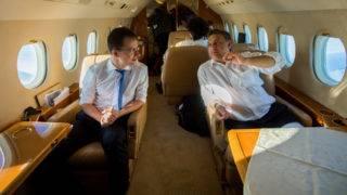 Budapest, 2012. október 19. Orbán Viktor miniszterelnök (j) és Szijjártó Péter, a Miniszterelnökség külügyi és külgazdasági államtitkára beszélget útban hazafelé a repülõgépen az Európai Unió brüsszeli csúcstalálkozójáról 2012. október 19-én. MTI Fotó: Illyés Tibor