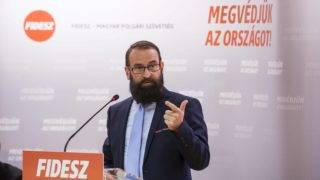 Eger, 2017. október 28. Szájer József, a Fidesz európai parlamenti képviselõje beszédet mond a nemzeti konzultációról tartott Védjük meg Magyarországot! címû lakossági fórumon az egri Polgárok Házában 2017. október 28-án. MTI Fotó: Komka Péter