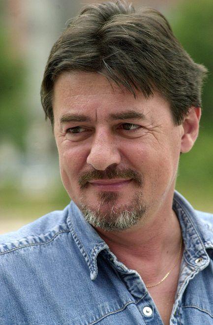 Budapest, 2001. június 14.Ismét kihallgatták a Centum Kft. 1995-ös eladása kapcsán Schlecht Csabát, akit adócsalással és csődbűntett elkövetésével gyanúsít a rendőrség. A mintegy háromnegyed órás kihallgatás után a férfi ügyvédje, Futó Barnabás azt mondta az újságíróknak, hogy védence a május 11-i kihallgatásához hasonlóan most sem tett vallomást. Az ügyvéd szólt arról is, hogy egy négyoldalas beadványt nyújtott be az eljárás megszüntetése érdekében a rendőrségre. A képen: Schlecht Csaba. MTI Fotó: Koszticsák Szilárd