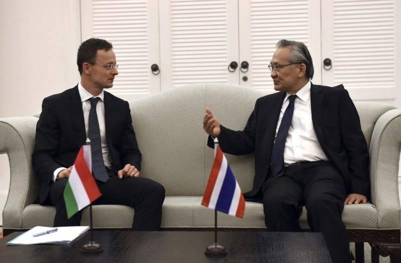 Bangkok, 2017. november 16. A Külgazdasági és Külügyminisztérium által közreadott képen Szijjártó Péter külgazdasági és külügyminiszter (b) és Don Pramudvinai thai külügyminiszter tárgyal Bangkokban 2017. november 19-én. MTI Fotó: KKM