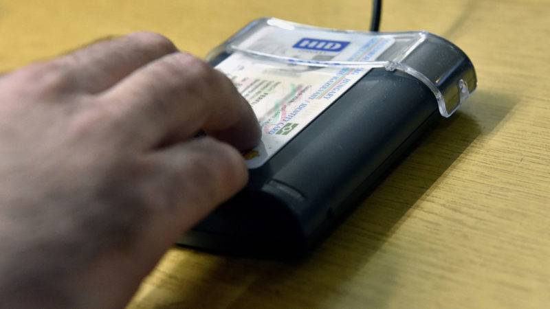 Budapest, 2017. február 14.Egy pénztáros ráhelyezi az adatátvivő berendezésre egy utas személyi igazolványát a bérlet megvásárlásakor a MÁV Déli pályaudvarnál lévő pénztárcsarnokában 2017. február 14-én. Az új típusú személyi igazolványra is föl lehet tölteni a vasúti bérletet, a szolgáltatást a Budapest-Pusztaszabolcs vonalon kísérleti jelleggel vezette be a MÁV-Start Zrt.MTI Fotó: Máthé Zoltán