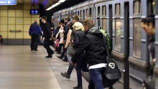 Budapest, 2017. november 4. Az utolsó, menetrend szerinti szerelvény érkezik Újpest-központ végállomásra Kõbánya-Kispest felõl a 3-as metróvonal felújítása megkezdése elõtt 2017. november 3-án. Az Újpest-központ és a Lehel tér közötti szakasz felújítása várhatóan egy évig tart. MTI Fotó: Máthé Zoltán