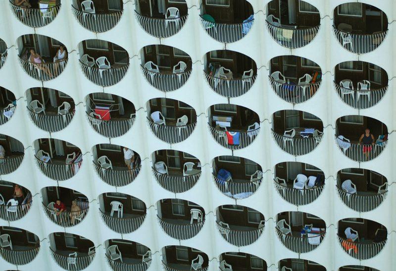 Siófok, 2009. július 30.Pihenő vendégek a Hotel Ezüstpart üdülőszálló modern erkélyein, a Siófokhoz tartozó Balatonszéplakon.MTI Fotó: H. Szabó Sándor