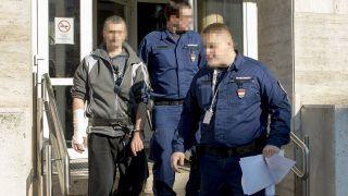Gyõr, 2017. november 4. Kivezetik a tárgyalás után a Gyõri Járásbíróság épületébõl 2017. november 4-én azt a 42 éves férfit, aki a gyanú szerint november 3-án megölte szüleit Sopronban. A bíróság elõzetes letartóztatásba helyezte a férfit. MTI Fotó: Krizsán Csaba