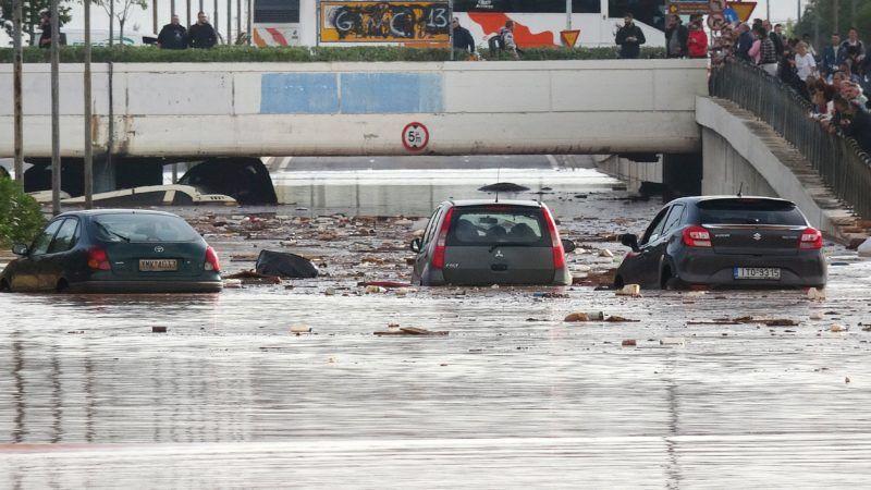 Mandra, 2017. november 15. Elakadt jármûvek a heves esõzések által elöntött úton az Athén közelében fekvõ Mandrában 2017. november 15-én. A régióban pusztító viharok következtében legkevesebb hét ember életét vesztette. (MTI/EPA/Jánisz Kemosz)