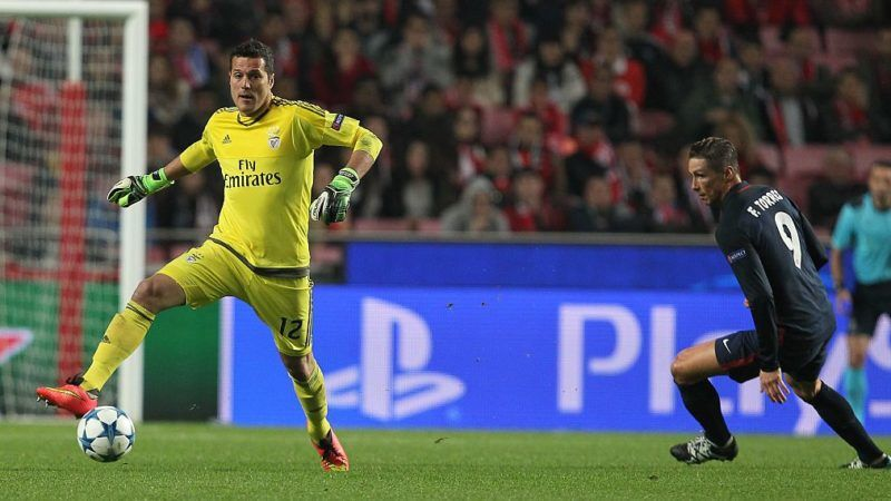 LISBON, PORTUGAL - DECEMBER 08: Benfica's goalkeeper Julio Cesar escapes Atletico Madrid's forward Fernando Torres during the match between SL Benfica and Club Atletico de Madrid for the UEFA Champions League at Estadio da Luz on December 08, 2015 in Lisbon, Portugal.  (Photo by Carlos Rodrigues/Getty Images)