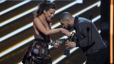 LAS VEGAS, NV - MAY 21:  Actress Kate Beckinsale (L) presents the the Top Male Artist award to rapper Drake during the 2017 Billboard Music Awards at T-Mobile Arena on May 21, 2017 in Las Vegas, Nevada.  (Photo by Ethan Miller/Getty Images)