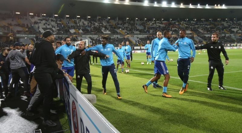 GUIMARAES, PORTUGAL - NOVEMBER 2: Confrontations between Olympique Marseille supporters and players before the start of the UEFA Europa League match between Vitoria de Guimaraes and Olympique Marseille at Estadio D. Afonso Henriques on November 2, 2017 in Guimaraes, Portugal.  (Photo by Gualter Fatia/Getty Images)