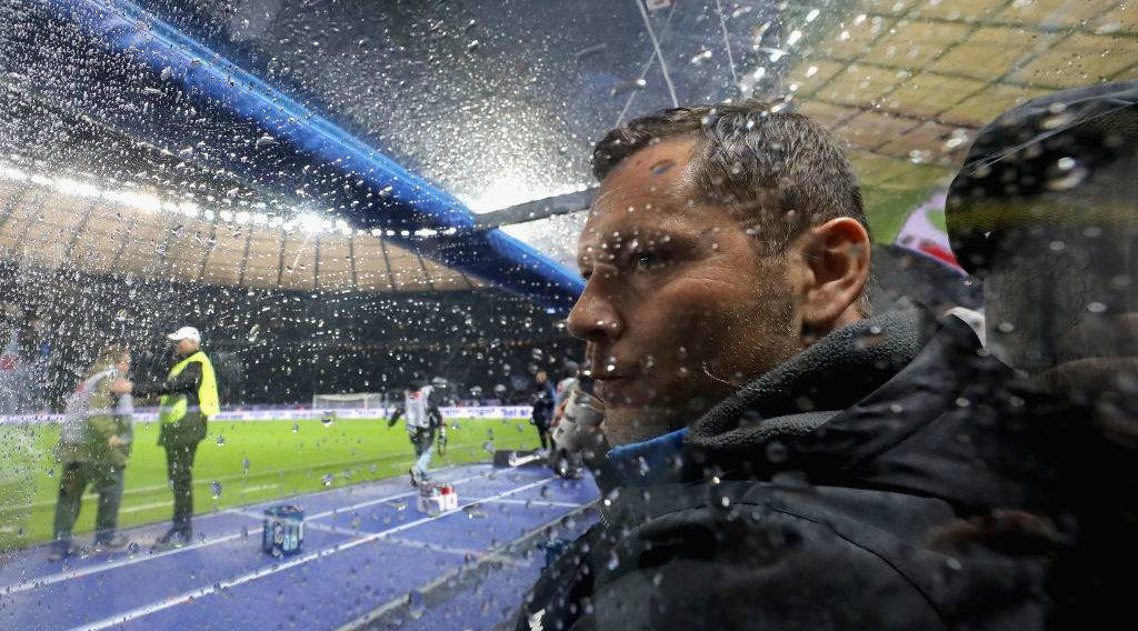 BERLIN, GERMANY - NOVEMBER 18:  Head coach Pal Dardai of Hertha BSC reacts during the Bundesliga match between Hertha BSC and Borussia Moenchengladbach at Olympiastadion on November 18, 2017 in Berlin, Germany.  (Photo by Boris Streubel/Bongarts/Getty Images)