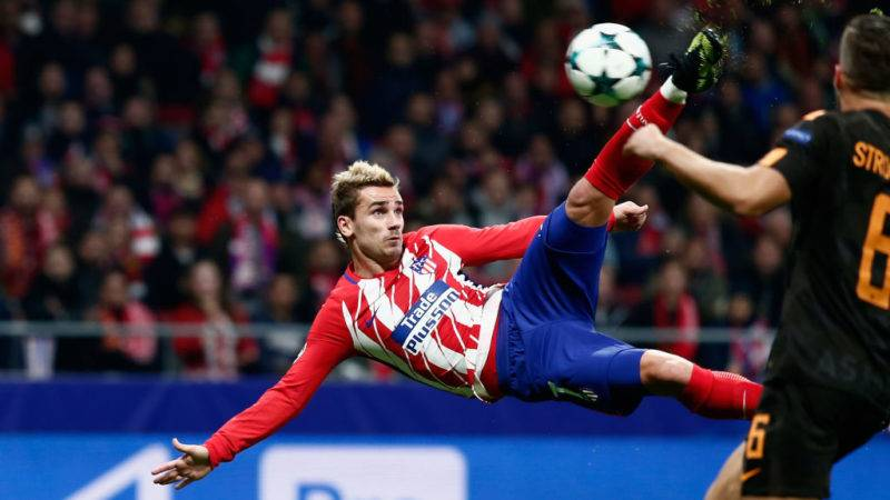 MADRID, SPAIN - NOVEMBER 22:  Antoine Griezmann of Atletico Madrid volleys to score his team's opening goal during the UEFA Champions League group C match between Atletico Madrid and AS Roma at Wanda Metropolitano on November 22, 2017 in Madrid, Spain.  (Photo by Gonzalo Arroyo Moreno/Getty Images)