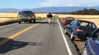 Rancho Tehama, 2017. november 14. Rendõrségi szalag zárja le a Rancho Tehama Rezervátumon át vezetõ országutat a kaliforniai Red Bluff város körzetében 2017. november 14-én, miután halálos kimenetelû lövöldözés történt a közelben. (MTI/AP/The Record Searchlight/Jim Schultz)