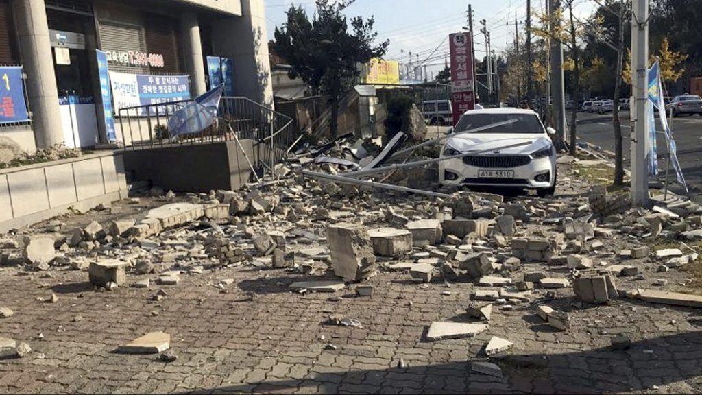 Pohang, 2017. november 15. Épülettörmelék hullott egy üzlet elõttti parkolóra a dél-koreai Pohang kikötõvárosban 2017. november 15-én, miután 5,4-es erõsségû földrengés rázta meg az ország délkeleti partvidékét. Halálos áldozatokról egyelõre nem érkezett jelentés. (MTI/AP/Newsis/Min Kjang Szak)