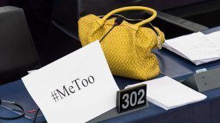 Strasbourg, 2017. október 25. A szexuális zaklatás elleni, internetes közösségi oldalakon futó #MeToo kampány egyik plakátja egy nõi táska mellett az Európai Parlament strasbourgi üléstermében 2017. október 25-én. A testület többek között a szexuális zaklatások elleni megelõzõ intézkedésekrõl is tárgyal. (MTI/EPA/Patrick Seeger)