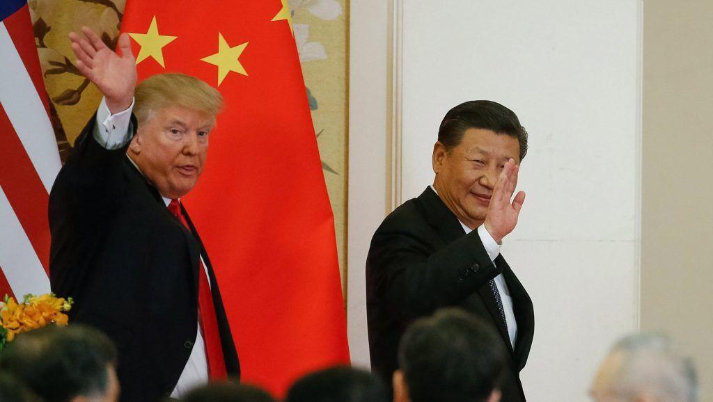Peking, 2017. november 9. Donald Trump amerikai elnök (b) és Hszi Csin-ping kínai elnök sajtóértekezletük helyszínére érkezik a pekingi Nagy Népi Csarnokban 2017. november 9-én. (MTI/EPARoman Pilipej)