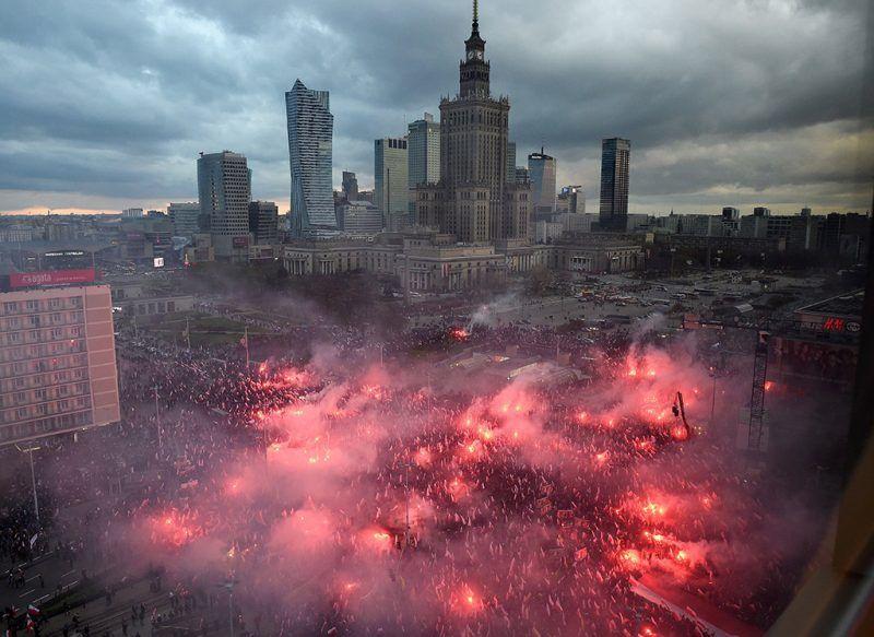 Varsó, 2017. november 11.Fényfáklyákkal vonulnak résztvevők a függetlenség napja alkalmából tartott megemlékezésen Varsóban 2017. november 11-én. Lengyelország 123 év után 1918-ban ezen a napon vált ismét egységes, független állammá. (MTI/EPA/Radek Pietruszka)