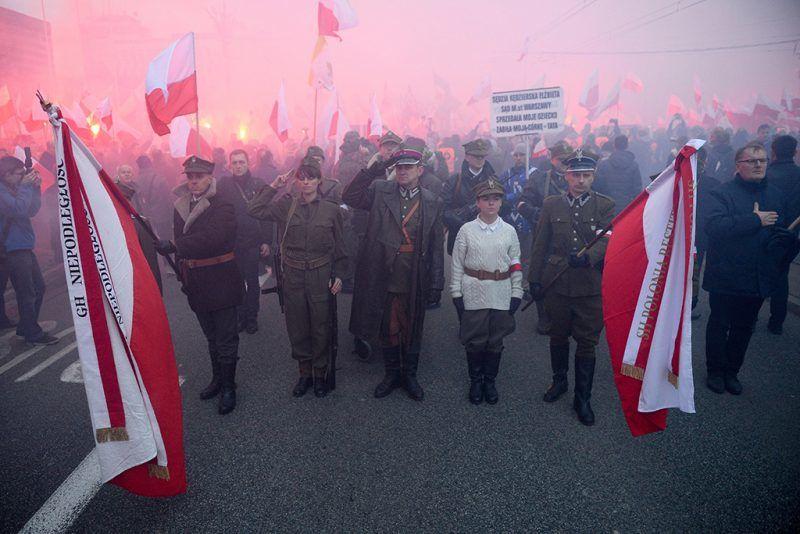 Varsó, 2017. november 11.Felvonulók első világháborús katonai egyenruhában vesznek részt a függetlenség napja alkalmából tartott megemlékezésen Varsóban 2017. november 11-én. Lengyelország 123 év után 1918-ban ezen a napon vált ismét egységes, független állammá. (MTI/EPA/Jacek Turczyk)