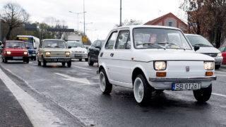 Bielsko-Biala, 2017. november 20.Monika Jaskolska főszervező vezeti a Tom Hanks amerikai színésznek szánt és teljesen felújított 1974-es Polski Fiat 126p előtt a dél-lengyelországi Bielsko-Bialában 2017. november 20-án, a szállítás napján. Az autót egy éve Rafal Sonik lengyel vállalkozó és raliversenyző vásárolta 8500 zlotyiért (mintegy 600 ezer forintért) azt követően, hogy a Fiat-rajongó Hanks 2016-ban Budapesten készült fényképeket tett közzé magáról, amelyeken egy Polski Fiat mellett áll. (MTI/EPA/Andrzej Grygiel)
