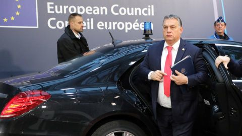 Hungary's Prime Minister Viktor Orban (C) arrives to attend an EU summit at which 27 European leaders are to approve opening the next phase of Brexit talks which will focus on future trade relations, on December 15, 2017 in Brussels. Plans for the reform of the eurozone will also be discussed following proposals by French President. / AFP PHOTO / ludovic MARIN
