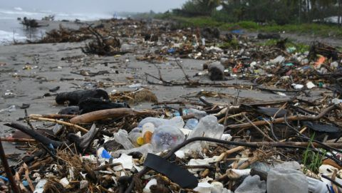 View of garbage at Omoa beach, Cortes department, Honduras, on November 11, 2017.  Floating masses of garbage offshore from some of the Caribbean's pristine beaches are testimony to a vast and growing problem of plastic pollution heedlessly dumped in our oceans, locals, activists and experts say. / AFP PHOTO / ORLANDO SIERRA / TO GO WITH AFP STORY by NOE LEIVA