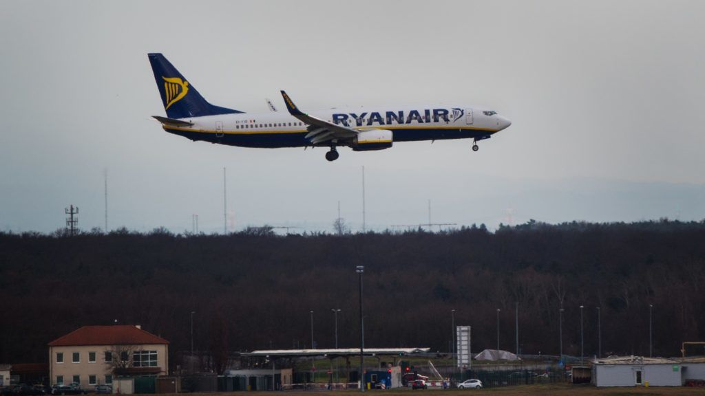 """A plane from the Ryanair airline company is landing at the aiport at Frankfurt am Main, Germany, 12 December 2017. The German pilot union """"Vereinigung Cockpit"""" (VC) has called for a strike at the Irish budget airline Ryanair. Photo: Andreas Arnold/dpa"""