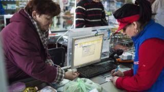 Beregszász, 2015. március 19.  Vásárló fizet az egyik élelmiszer áruházban a kárpátaljai Beregszászon, a Bohdana Hmelnickoho utcában 2015. március 18-án. Ukrajnában a nemzeti valuta leértékelődése miatt leginkább az alapvető élelmiszerek drágultak, a hrivnya értékének ingadozása miatt egy napon belül is változnak az árak.MTI Fotó: Balázs Attila