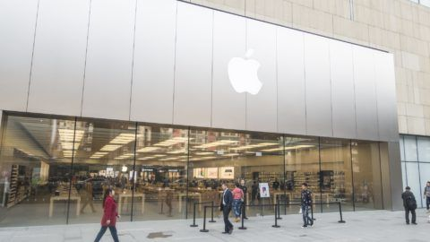 """--FILE--Pedestrians walk past an Apple store in Chengdu city, southwest China's Sichuan province, 3 November 2017.  US top tech company Apple Inc. on Thursday (28 December 2017) apologized for slowing down the performance of old-version iPhones with older batteries amid lawsuits and consumer outrage. """"We know that some of you feel Apple has let you down. We apologize,"""" the Silicon Valley-based multinational tech company said in a statement. Last week, Apple admitted that it made changes in its software a year ago to slow down the maximum performance of iPhones with older batteries so as to avoid a sudden shutdown of the smartphone. The unannounced move by Apple has aroused anger among some Apple customers, who regarded Apple's secret handling of iPhones with older batteries as a trick to force them to buy newer but more expensive Apple devices. Apple is facing multiple lawsuits from at least seven iPhone users who were unhappy about Apple's intentional move to slow down their phones due to the aging batteries of their devices. They claimed that if they had known their batteries were to blame for the slowdown, they would have replaced the batteries instead of buying a new phone. As a gesture of goodwill to quell the anger of its users, Apple said it will cut 50 US dollars off the out-of-warranty iPhone battery replacement for the next year, so that anyone with an iPhone 6 can have a new battery replacement for merely 29 dollars starting late January 2018."""