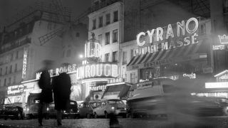 """View of the famous revue theater """"Moulin Rouge"""" (l) and a restaurant at the Place Blanche of the quarter Montmartre in Paris, France, in November 1970. Photo: Wilfried Glienke"""