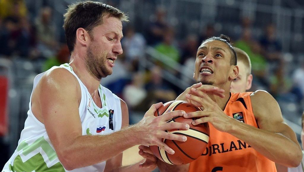 Netherlands' forward Worthy De Jong (R) vies with Slovenia's center Sasa Zagorac during the Group C qualification basketball match between Slovenia and Netherlands at the EuroBasket 2015 in Zagreb on September 8, 2015.  AFP PHOTO / ANDREJ ISAKOVIC / AFP PHOTO / ANDREJ ISAKOVIC