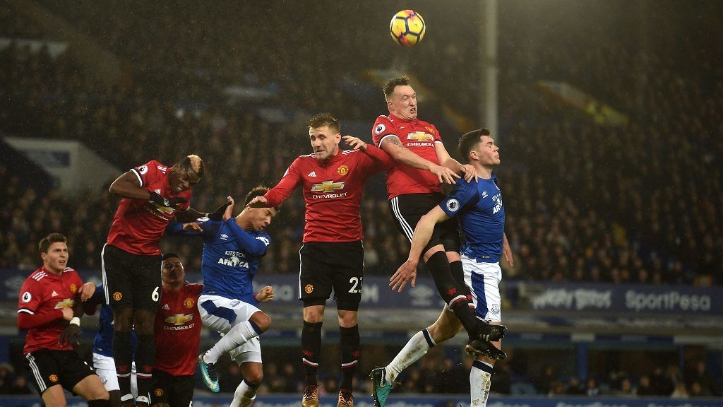 Everton's English defender Michael Keane (R) and Manchester United's English defender Phil Jones (2R) vie for the ball during the English Premier League football match between Everton and Manchester United at Goodison Park in Liverpool, north west England on January 1, 2018. / AFP PHOTO / PAUL ELLIS / RESTRICTED TO EDITORIAL USE. No use with unauthorized audio, video, data, fixture lists, club/league logos or 'live' services. Online in-match use limited to 75 images, no video emulation. No use in betting, games or single club/league/player publications.  /