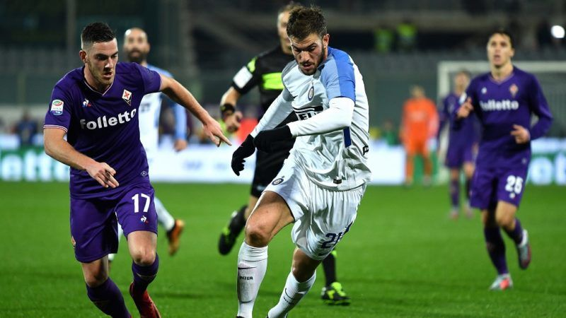 Inter Milan's defender Davide Santon (R) fights for the ball with  Fiorentina's French midfielder Jordan Veretout during the Italian Serie A football match Fiorentina vs Inter Milan on January 5, 2018 at Artemio Franchi stadium in Florence.   / AFP PHOTO / ALBERTO PIZZOLI