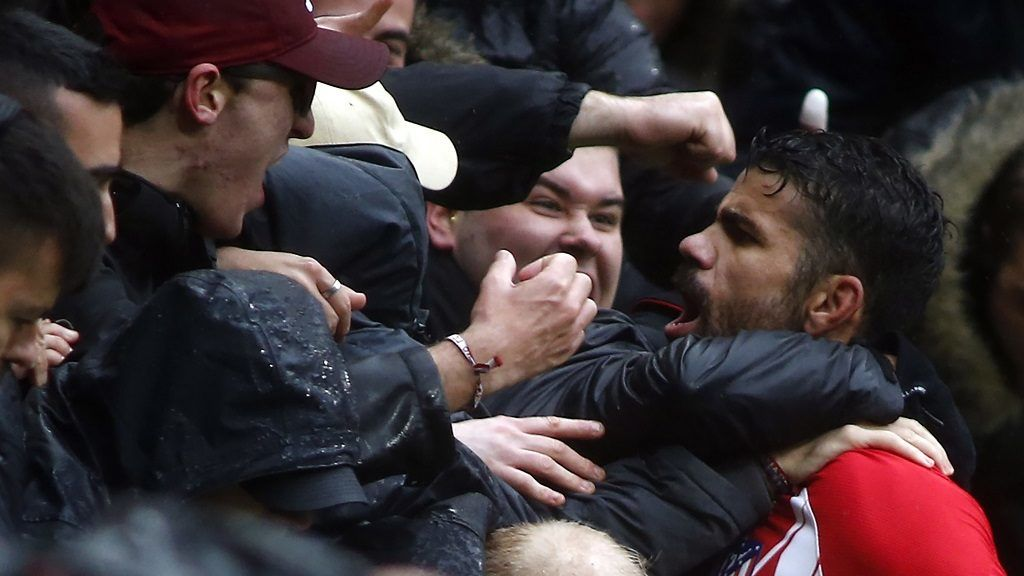 Atletico Madrid's Spanish forward Diego Costa celebrates a goal with supporters during the Spanish league football match Club Atletico de Madrid vs Getafe CF at the Wanda Metropolitano stadium in Madrid on January 6, 2018. / AFP PHOTO / OSCAR DEL POZO