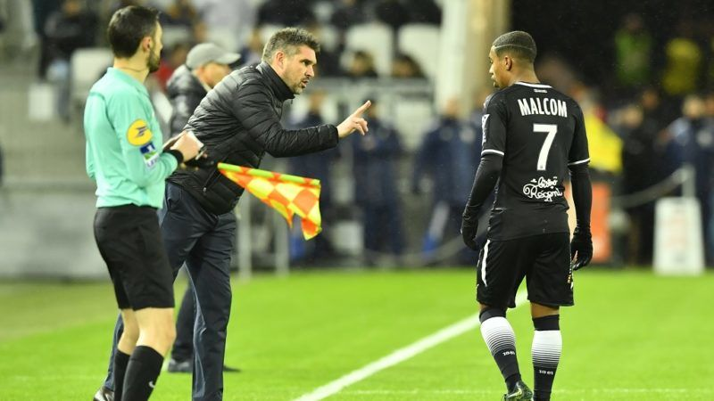 Bordeaux's French head coach Jocelyn Gourvennec (L) talks to Bordeaux's Brazilian forward Malcom during the French L1 football match between Bordeaux and Caen on January 16, 2018 at the Matmut Atlantique stadium in Bordeaux, southwestern France.  / AFP PHOTO / NICOLAS TUCAT