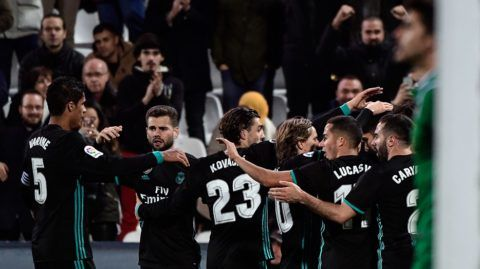 Real Madrid's players celebrate a goal during the Spanish 'Copa del Rey' (King's cup) football match between Leganes and Real Madrid at the Estadio Municipal Butarque in Leganes on January 18, 2018. / AFP PHOTO / OSCAR DEL POZO