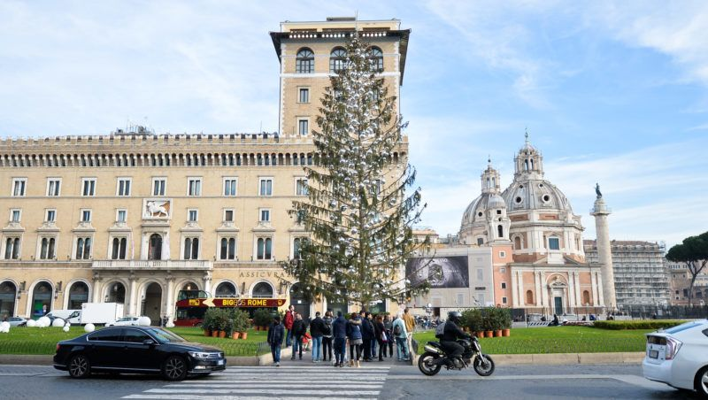 The tree in the center of Piazza Venezia in Rome became a symbol of Roman Christmas and renamed Spelacchio, attracts the attention of tourists and passers-by who leave their dedication to the dead tree on janaury 05, 2018 in Rome, Italy (Photo by Silvia Lore/NurPhoto)