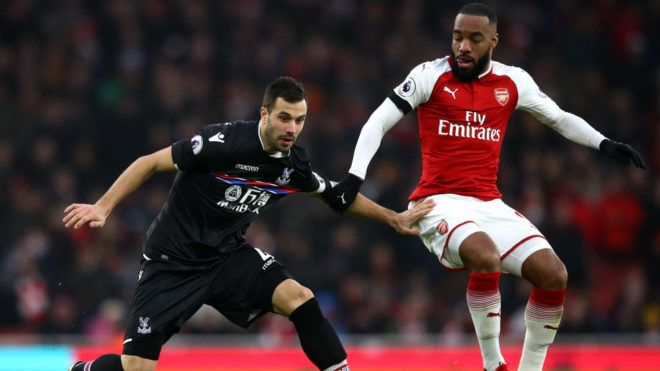 LONDON, ENGLAND - JANUARY 20:  Luka Milivojevic of Crystal Palace and Alexandre Lacazette of Arsenal battle for possession during the Premier League match between Arsenal and Crystal Palace at Emirates Stadium on January 20, 2018 in London, England.  (Photo by Clive Mason/Getty Images)