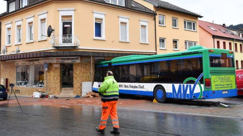 Police, fire department and emergency service forces secure an accident site in Eberbach, Germany, 16 January 2018. A school bus crashed into a wall, injuring several passangers. Photo: Uwe Anspach/dpa