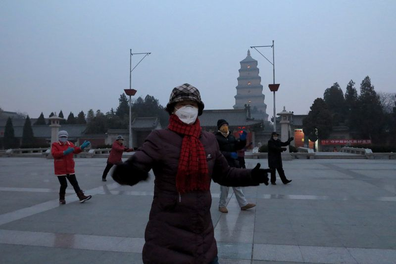 A local resident wearing a face mask does morning exercises in heavy smog or haze in Xi'an city, northwest China's Shaanxi province, 17 January 2018.From January 12 to 17, parts of the Beijing-Tianjin-Hebei region, Shanxi, Shandong and Henan cities were hit by severe air pollution, with the density of PM2.5,the major air pollutant, estimated to exceed 400 micrograms percubic meter of air, said the Ministry of Environmental Protection.
