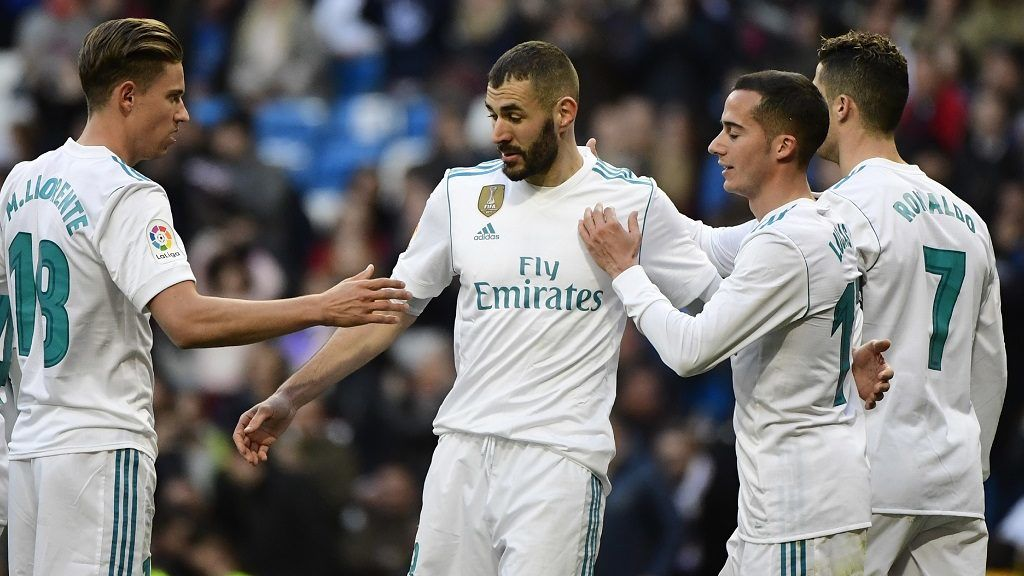 Real Madrid's French forward Karim Benzema (2L) celebrates with    Real Madrid's Spanish miedfieder Marcos Llorente (L), Real Madrid's Spanish midfielder Lucas Vazquez (2R) and Real Madrid's Portuguese forward Cristiano Ronaldo after scoring during the Spanish league football match between Real Madrid CF and Deportivo Alaves at the Santiago Bernabeu stadium in Madrid on February 24, 2018. / AFP PHOTO / PIERRE-PHILIPPE MARCOU