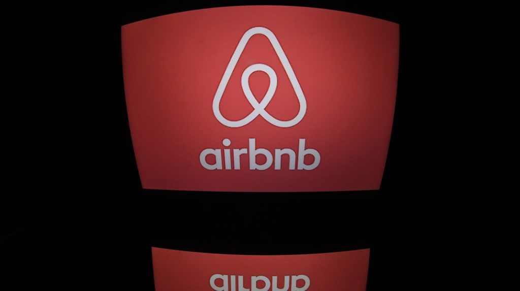 This picture taken on march 2, 2017, shows the logo of online lodging service Airbnb displayed on a computer screen in Paris. / AFP PHOTO / Lionel BONAVENTURE