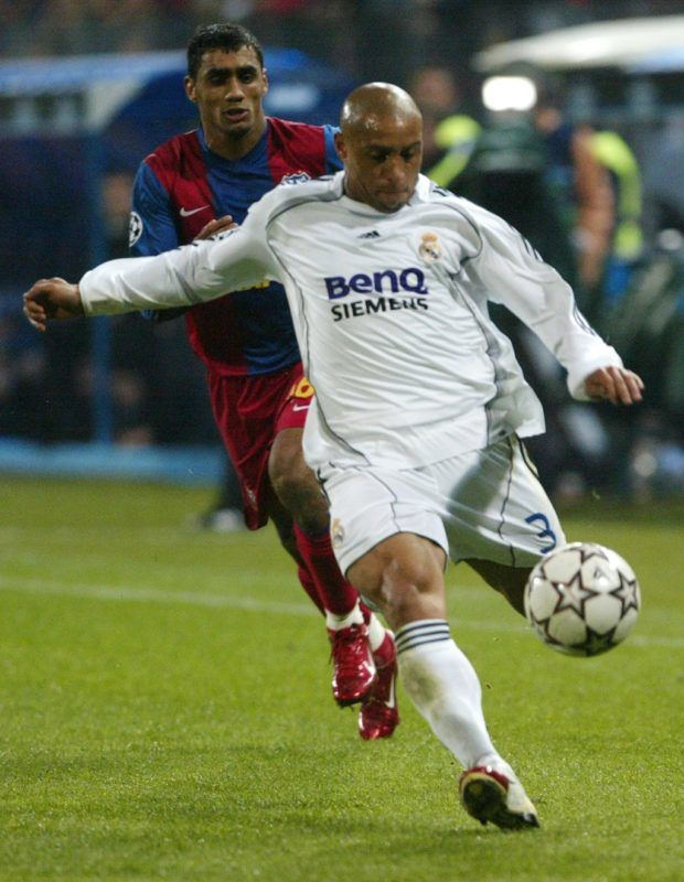 Roberto Carlos (R) from Real Madrid vies for the ball along with Steaua Bucharest's Banel Nicolita (L) during the Champions League's Group E match, in Bucharest,  17 October 2006.     AFP PHOTO DANIEL MIHAILESCU / AFP PHOTO / DANIEL MIHAILESCU
