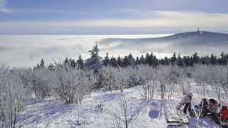 A huge sea of ??clouds spreads below the top of the Fichtelberg in the Saxon Erzgebirge (1215 meters). (07 February 2018) | usage worldwide