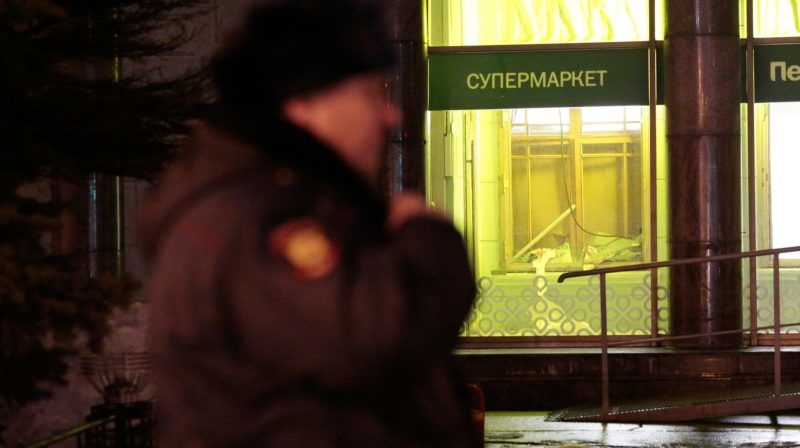 """Police and fire are on the scene of an explosion in a supermarket """"Perekrestok"""". The explosion injured 10 people/ St Petersburg, Russia 27 december 2017 (Photo by Valya Egorshin/NurPhoto)"""