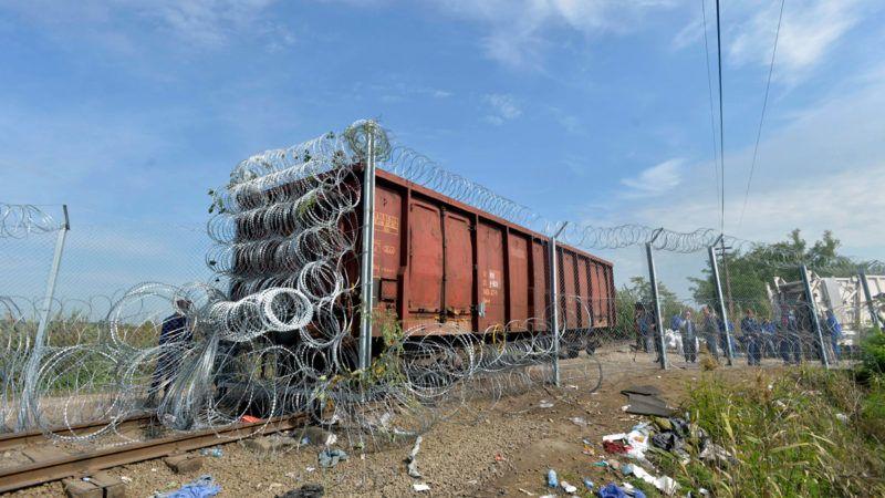 Röszke, 2015. szeptember 15.A határzárként használt vasúti vagon a magyar-szerb határon, Röszke térségében 2015. szeptember 15-én. Ezen a napon hatályba léptek a migrációs helyzet miatti új szabályozások.MTI Fotó: Máthé Zoltán