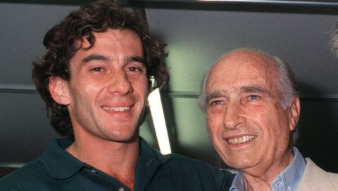 1990 Formula One champion Ayrton Senna from Brazil (L) is flanked by former five-time Formula One World champion Argentina's Juan Manuel Fangio (C) (1911-1995) and Australia's Sir Jack Brabham (R) after the 2nd day of the Australian Grand Prix 3 November 1990. / AFP PHOTO / DAVID CALLOW