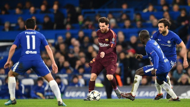Barcelona's Argentinian striker Lionel Messi (C) surrounded by Chelsea's Spanish midfielder Pedro (L) Chelsea's French midfielder N'Golo Kante (2nd R0 and Chelsea's Spanish midfielder Cesc Fabregas (R) during the first leg of the UEFA Champions League round of 16 football match between Chelsea and Barcelona at Stamford Bridge stadium in London on February 20, 2018. / AFP PHOTO / Glyn KIRK